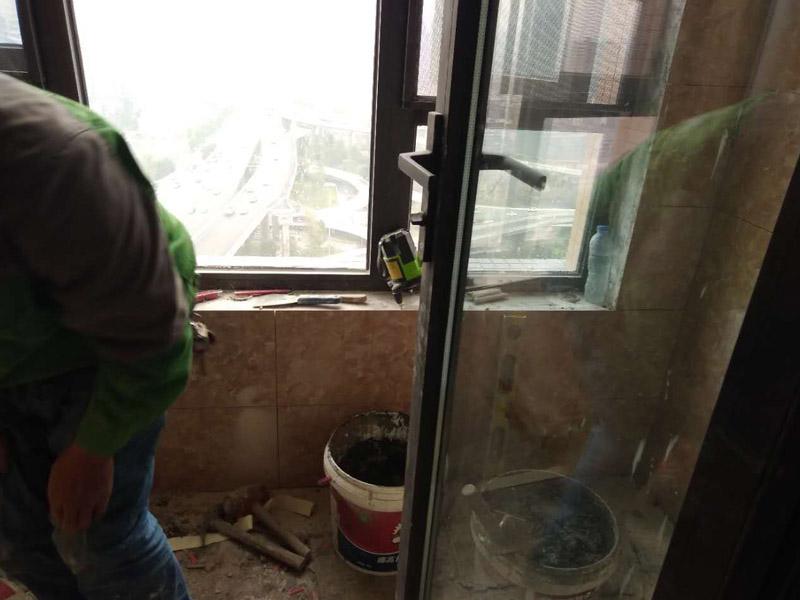 阳台贴瓷砖,踢脚线安装