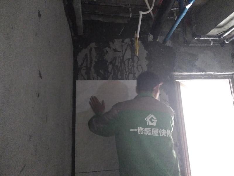 厕所贴瓷砖,木工吊顶打孔