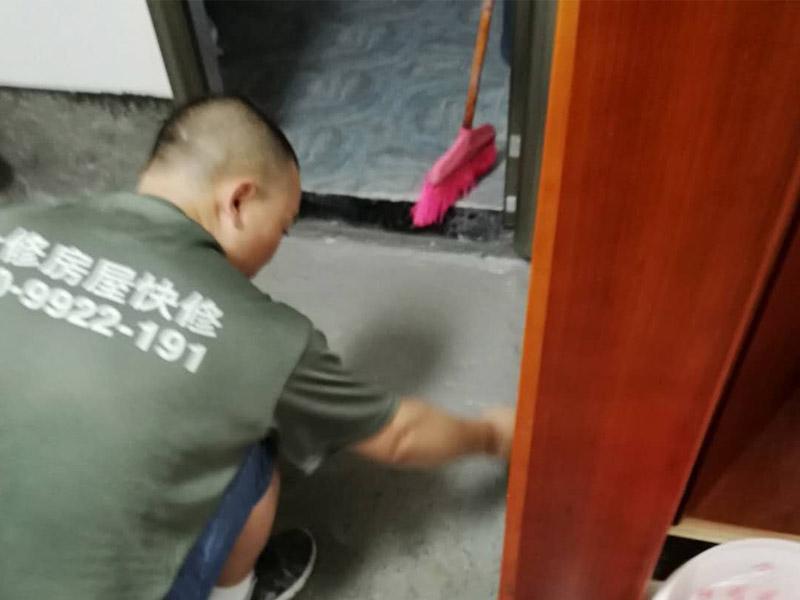 卫生间地面刷防水