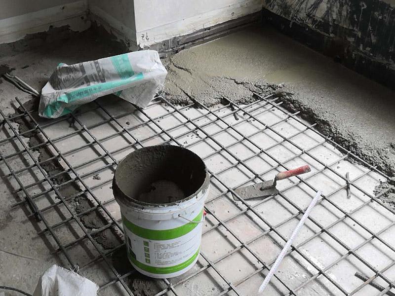 """做钢架楼板,打顶子灰:其一是自流平的兑和比例要恰到好处,保证地面做出来后的强度,没有强度的地面往往就是后期地面起灰的根本;其二是自流平施工的起始位置,要保证整个地面在找平后的平整度,自流平开始施工的位置是很重要的。 搅拌好的自流平水泥直接倒在地上就好了,一个字""""流"""",看倒下去那一瞬间的情形,这就是不干不稀的状态。不要把自流平施工想得太过简单了,等自流平水泥完全流平,那是不可能的,还需要工人师傅在用靠尺推赶水泥,这样一来才能把水泥推开。"""
