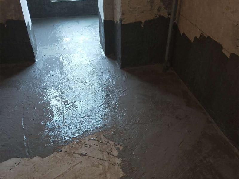 卫生间地面墙面防水装修:首先做防水之前,一定要将地面清理干净,用水泥砂浆将地面找平,然后用聚氨酯防水涂料反复涂刷2至3遍2,墙与地面之间的接缝及上下水之间的管道地面接缝处是最容易出现问题的地方,防水涂料一定要涂抹到位。一般防水处理中墙面要做30厘米高的防水处理,但是非承重的轻体墙,就要将整面墙做防水,至少也要做到1,8米高。墙体内埋水管,做到合理布局,铺设水管一律做大于管径的凹槽,槽内抹灰圆滑,然后凹槽内刷聚氨酯防水涂料。