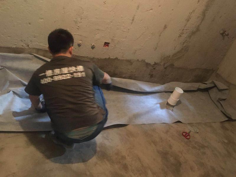 卫生间装修局部防护:在卫浴拆改过程中,为了防止发生意外触电和电线短路等事故。装修所需的临时用电,必须从客厅拉到浴室内。 冲击电钻是墙面敲砖的重要工具,与传统的用手锤和钢錾敲击方式不同,用冲击电钻施工方便快捷。冲击电钻的钻头还可以根据施工需要自由更换。根据施工队伍的施工习惯,卫浴用具可以在所有墙面敲砖前统一拆除,也可以与敲砖穿插进行。