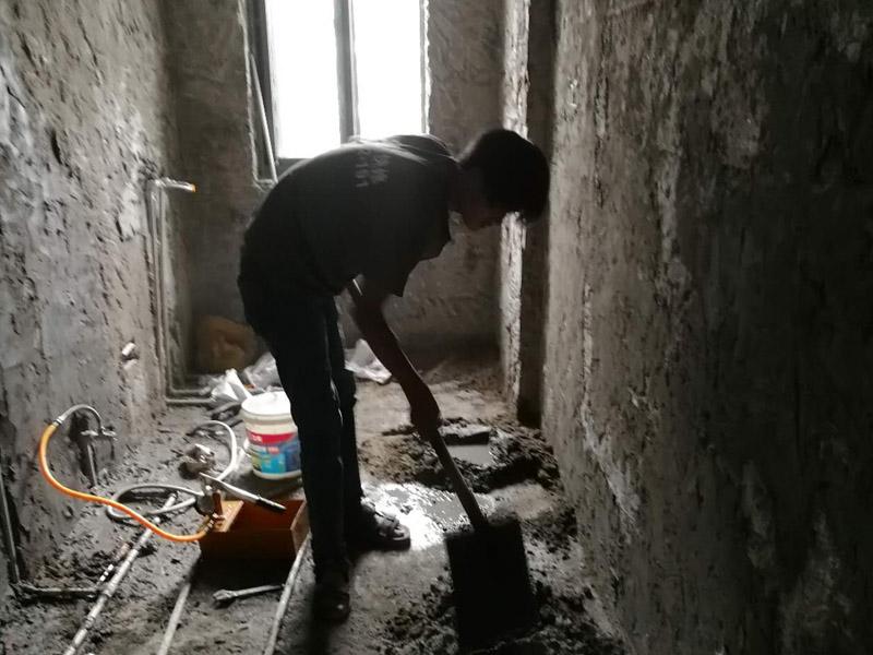 厕所墙面抹灰装修:在抹灰前一天,用软管或胶皮管将填充墙面自上而下浇水湿润,抹灰前不得有明水。做灰饼时从上而下做,灰饼间距应小于刮尺长度,墙体上角先做灰饼,再以它为基准拉线做出上部、中间的灰饼,根据墙体上部的灰饼以托线板做出墙体下部灰饼,使其与上部灰饼在同一垂直面上,然后拉水平统线,加做若干灰饼。防水处理——卫生间的防水处理是很重要的。卫生间是接触水很多的空间,防水功夫做好可以防止渗水问题,避免给楼下邻居和自己造成麻烦。在防水后需要做闭水实验,以确保防水的效果。