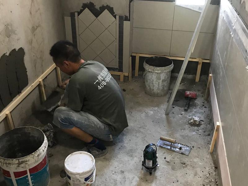 厕所瓷砖铺贴装修:首先应除去基层表面的污垢,油渍,浮灰;除去基层上所有涂料层,腻子层;如果基层未能达到平整度要求,需对基层进行预先的找平处理;铺贴瓷砖前需事先找好垂直线,以此为基准铺贴的瓷砖高低均匀、垂直美观;将调制好的浆料均匀地抹在瓷砖背面,要求浆料饱满;将瓷砖平整地铺贴在基层上,使用橡胶锤将瓷砖拍实铺平。