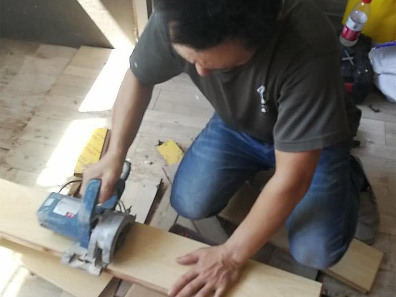 地板切割安装装修:1、清洁地面,在准备铺设木地板的区域,做好清洁,保证房间的每个角落,不会有灰尘。2、地面找平,若是地面凹凸不平,就直接铺木地板,在后期极容易出现起翘的问题。在找平时,要注意水平误差要控制在2mm以内。3、地板处理,由于买的地板大小是统一的,而地板的铺设方式不同,导致所需的大小各有差别,因此要根据空间的需求来切割地板。4、预留踢脚线位置,在施工前,要先将踢脚线的位置预留出来,通常情况是会在踢脚线的位置上,放上等厚度模板。5、地板拼接,在拼接木地板的时候,需对准,并将其压平,要确保地板之间不会产生空隙。按照这样的工序,铺满整个房间就可以了。