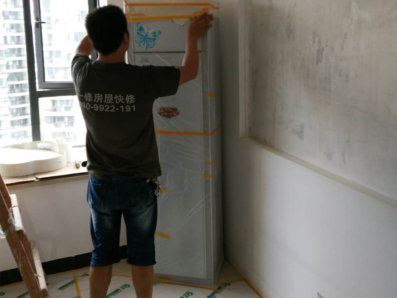 吊顶装修家具现场保护:1、做好入户门保护;各类装修物料的进场、建筑装修垃圾的清理都必须经过入户门。在对物品进行搬运时,难免会与入户门发生磕碰及摩擦。因此,在进行成品保护时,我们首先要做好入户门的保护。2、做好水电改造期间的成品保护;水电改造完成后,应当对各种管线进行规范的固定,以防脱落;对裸露的线头要进行包裹,以防发生触电的危险;做好地面裸线管的固定和保护,防止被踩坏。同时,在搬运物料时,也不要破坏地面铺设的管线。3、做好瓷砖、地板的铺贴保护;进行装修施工时,磁环边铺边勾缝,在岗铺设的瓷砖、地板上堆放杂物、走动踩踏,地板没有使用成品保护膜覆盖等都会影响瓷砖及地板的铺贴效果,使瓷砖出现施工质量问题。