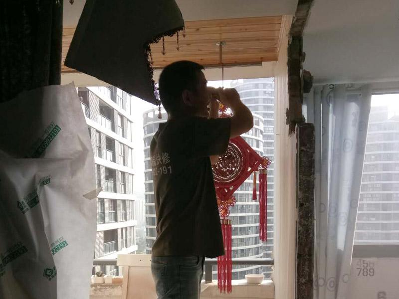 墙面局部拆除装修:首先是外墙部分,也就是屋顶面和地面这两块,是不能动摇的,因为这是房屋的外在防御部位。除此以外,禁止拆改配重墙和承重墙,因为配重墙是房间与阳台之间的门窗以下部分的墙,拆改后可能会导致阳台坍塌;承重墙是预制板墙和24厘米以上的砖墙,不能拆除也不能开门窗。首先,要顾虑到隔壁邻居的感受。因为施工会产生较大的噪音,所以要先与周边居民沟通或者是采取一些降噪措施,以免与邻居发生纠纷。其次还要注意维护好居室的水电系统。在墙体的拆除之前,要对电路的改造方向详细的考虑,因为一般墙体中都带有电路线管,切忌不要野蛮施工,弄断线路。