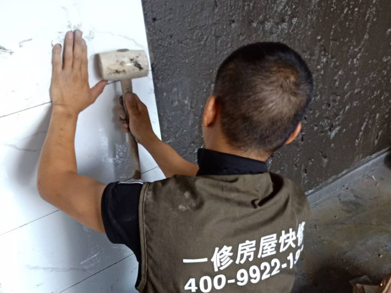 卫生间墙面瓷砖铺贴:首先应除去基层表面的污垢,油渍,浮灰;除去基层上所有涂料层,腻子层;如果基层未能达到平整度要求,需对基层进行预先的找平处理;铺贴瓷砖前需事先找好垂直线,以此为基准铺贴的瓷砖高低均匀、垂直美观;将调制好的浆料均匀地抹在瓷砖背面,要求浆料饱满;将瓷砖平整地铺贴在基层上,使用橡胶锤将瓷砖拍实铺平。