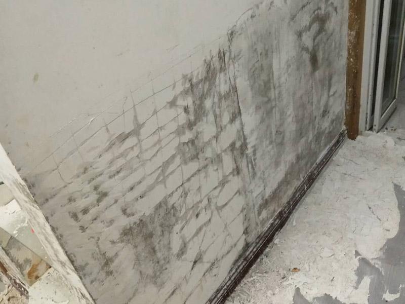 局部铲墙贴砖装修:1、瓷砖铺贴之前用水浸泡: 首先将经过预选的瓷砖背面清理干净,并浸水2小时以上。瓷砖浸水后,在铺贴前应从水中取出,并用棉布擦去表面水分或将表面水分晾干后才能进行铺贴。 2、铺贴瓷砖之前吊垂线: 铺贴开始前还应当在墙面找平层上吊垂线,以确定瓷砖的出墙尺寸线,并拉水平线,这样铺贴时既能够做到表面平整,又能够做到瓷砖横平竖直。