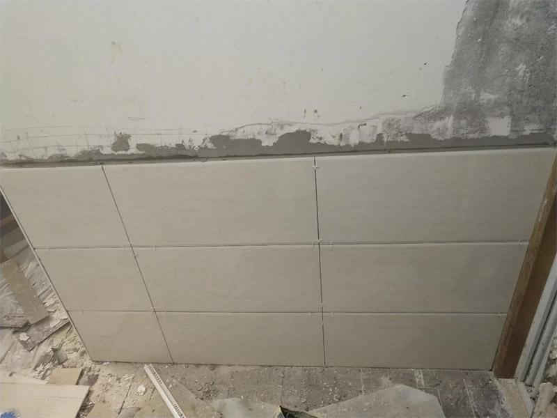 局部铲墙贴砖装修:1、瓷砖铺贴之前用水浸泡:首先将经过预选的瓷砖背面清理干净,并浸水2小时以上。瓷砖浸水后,在铺贴前应从水中取出,并用棉布擦去表面水分或将表面水分晾干后才能进行铺贴。2、铺贴瓷砖之前吊垂线:铺贴开始前还应当在墙面找平层上吊垂线,以确定瓷砖的出墙尺寸线,并拉水平线,这样铺贴时既能够做到表面平整,又能够做到瓷砖横平竖直。