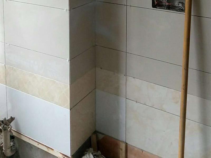 厕所墙面贴砖装修:1.首先将经过预选的瓷砖背面清理干净,并浸水2小时以上;2.铺贴开始前还应当在墙面找平层上吊垂线,以确定瓷砖的出墙尺寸线;3.铺瓷砖一般从阳角或门窗边开始,按由下而上,自左至右的顺序进行;4.铺瓷砖时,应及时将瓷砖缝中多余的粘接材料刮理干净,并用湿棉布擦去面砖上的污迹,千万不要等到粘接材料干硬后再擦拭清洗,那样不但不能清洗干净,如果用硬物刮除又会损害釉面层。
