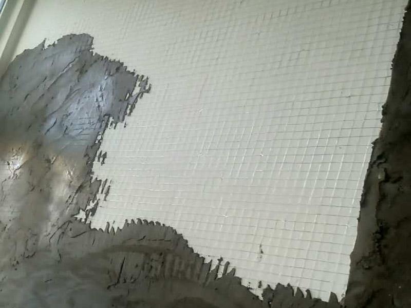 白灰墙面挂网抹灰装修:1  基层处理:抹灰前检查加气混凝土墙体,对松动、灰浆不饱满的拼缝及粱、板下的顶头缝,用掺用水量10%的建筑胶灰浆填塞密实。将露出墙面的舌头灰刮净,墙面的凸出部位剔凿平整。墙面坑凹不平处、砌块缺楞掉角的以及剔凿的设备管线槽、洞,应用胶灰整修密实、平顺。2  洒水湿润:将墙面浮土清扫干净,分数遍浇水湿润。由于加气混凝土块吸水速度先快后慢,吸水量慢而延续时间长,故应增加浇水的次数,使抹灰层有良好的凝结硬化条件,不致在砂浆的硬化过程中水分被加气混凝土吸走。3  贴灰饼、冲筋:用托线板检测一遍墙面不同部位的垂直、平整情况,以墙面的实际高度决定灰饼和冲筋的数量。