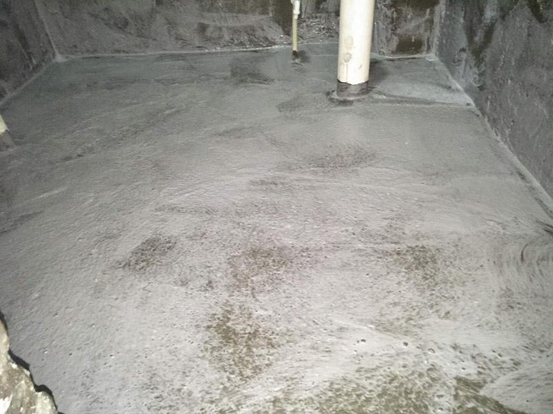 卫生间刷防水装修:1、刷第一遍防水涂料。施工前确保工地干净、干燥,防水涂料要涂满,无遗漏,与基层结合牢固,无裂纹,无气泡,无脱落现象。涂刷高度一致,厚度要达到产品规定要求。2、刷第二遍防水涂料。注意、第二遍防水涂料间需要有一定时间间隔,待遍涂料干透后才能进行第二遍,具体时间视涂料而定。间隔时间太短,防水的效果会大打折扣。3、铺保护层。为防止之后的施工破坏防水层,需在防水涂料表面铺上保护层。保护层要完全覆盖防水层,无遗漏,与基层结合牢固,无裂纹,无气泡,无脱落现象。4、闭水试验。闭水试验时,地面点的水线不能低于2厘米,保存至少24小时,观察无渗漏现象后方算合格。如有渗漏,需重做,切莫不能疏忽大意。5、基层处理、清理,做找平层、结合层,细部附加层、丙烯酸防水层,蓄水试验、保护层施工、二次蓄水试验。