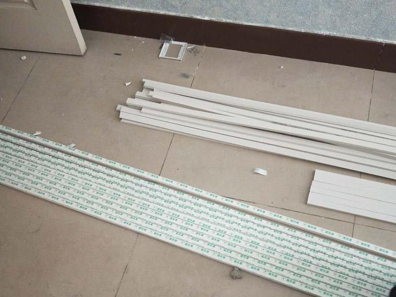 电路走线安装:1、按照效果图和具体施工图设计图纸,并选用确定灯具、插座、开关等位置,然后确定电线的铺设位置、穿过墙壁和屋顶的位置,而且还要确定起始、转角、分支、终端点的位置,用绝缘子或槽板固定它们的位置。2、再根据电线的走向开挖墙槽,槽的宽度与深度要能将电线管装下。在做穿墙孔时要注意将电线管小心弯曲,使弯曲后的护套管内部仍能穿线,并用专用的轧头或骑马钉将护套管固定在墙上。3、要安装插座、开关的,先将其位置打孔预埋塑料膨胀管或木楔,但是这种方法的弊端就是插座、开关都比墙面凸出;而当下流行将插座、开关的接线盒都埋入墙里,只露出插座和开关的面板,这样做美观整齐。4、穿线的正规做法是用钢丝先穿过护套管,再将电线拉入。在家装中可以直接将电线穿入护套管,但是在转弯处不好穿,所以一般是安置塑料管的同时将电线穿好,或在管内先穿一根铅丝备用。