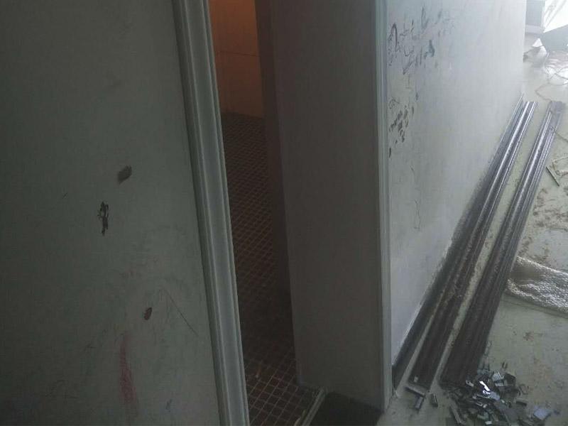 浴室柜和踢脚线安装:1、与地砖一起铺贴有些家居装修安装的为瓷砖踢脚线,瓷砖踢脚线和其他材质的踢脚线安装时间不同,瓷砖踢脚线在进行地砖铺贴的时候一块进行就行了。2、铺贴壁纸后安装有的家居墙面装修选用了壁纸,这就需要在铺贴完壁纸和地板以后再进行踢脚线的安装。3、刮大白前安装踢脚线通常都会在装修进行刮大白这道工序前实行安装,倘若先安装地板和踢脚线再进行刮大白,那刮大白的灰将会弄到地板和踢脚线上,难处理。