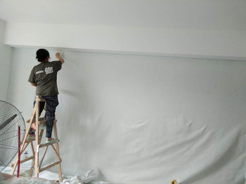 墙面壁纸更换:保证墙面坚实、平坦,运用钢刷或是其他的工具收拾洁净墙面,让水泥墙面尽量无浮土、浮沉。在墙面辊一遍混凝土的界面剂,尽量均匀,待其单调后,就可以刮腻子了。一般的墙面刮2遍面腻子即可,不仅能找平,还能罩住底色。平坦度比较差的腻子要在部分多刮几遍。用砂纸打磨腻子。腻子完全上强度之后(5-7天)会变得十分坚实,这时再打磨就会变得十分困难。所以,主张刮过腻子之后的1~2天便开始进行腻子打磨。这是为了在墙面和壁纸之间构成一道维护膜,既安靖了墙面,又能防止水分、盐、碱渗透腐蚀墙纸,可以有用维护壁纸材料不受霉菌的腐蚀。