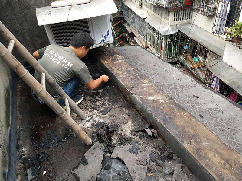 屋顶防水装修:1、清理基层,施工前要将基层表面的尘土和杂物清理干净,然后用热熔法改性沥青卷材对防水层施工前在水落口、管根、阴阳角等细部先做好附加层。2、铺贴卷材,首先卷材的厚度要符合要求,将防水卷材裁剪成相应的尺寸,用火焰喷枪加热基层和卷材的交接处,趁卷材的材面刚刚熔化时将卷材向前滚铺、粘贴。3、热熔封边,用喷枪将卷材搭接处加热,让其粘结牢固,然后涂刷第一遍防水涂料。防水施工前要先保证地面干净、干燥,防水涂料要满涂,确保无遗漏,与基层结合要牢固,无裂纹和气泡等,防水涂料厚度要达到产品规定的要求。4、待第一遍防水涂料完全干透之后再进行第二遍防水涂刷,第一遍防水涂料没有完全干透就进行第二遍防水施工的话会使防水效果大打折扣。5、铺保护层,防水工作做完后,在表面铺上保护层,是为了防止之后的施工把防水层破坏,保护层铺贴要完全覆盖防水层,做到无遗漏,与基层结合牢固无气泡和脱落现象发生。6、闭水试验,闭水试验时水的高度不能低于2cm,然后观察24小时以上,看其有无渗漏的现象发生,如果没有才算合格。