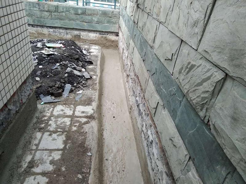 屋顶排水沟抹灰防水装修:1.在干燥基面上施工防水涂料前应先湿润基面至无明水为准,若基面潮湿但无明水可直接施工。 2.按配比先将防水浆料乳液倒入拌料桶中,然后再将粉料倒入,充分搅拌至均匀、无料粒糊状,静置十分钟后再搅拌一下,效果更佳。 3.用毛刷或滚刷直接将胶浆涂刷在基面上,待第一层完全干透后(约2小时或手擦不粘为准),再涂刷第二遍,两遍的涂刷方向应交错。 4.在操作进程中应保持间断性搅拌以防止胶浆沉淀。aqbzp_9 5.待防水层完全干固后,方可在其上面做砂浆保护层或其它覆盖层。
