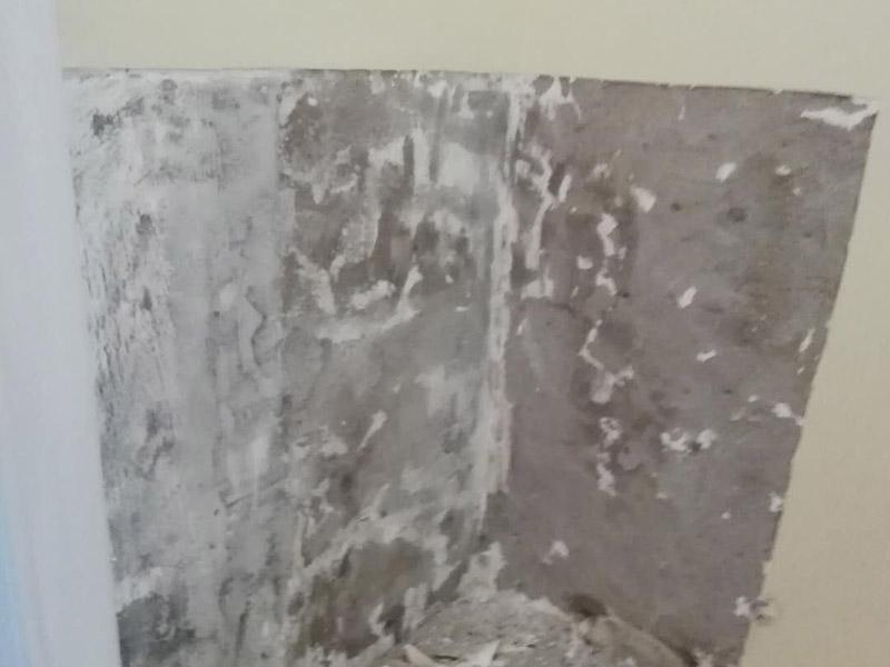 局部墙面修补维修:白墙或者裸墙局部鼓起或者轻微龟裂剥落的话,可以把出现问题的地方铲除,并将铲除后的边缘磨平滑后,重新刮一次腻子,上底漆,再刷再涂,这样就可以及时修补,不过可能会跟原来的墙面有一点色差。 对于局部剥落比较严重的情况,就有必要考虑是否是墙面基底根本没做好的原因。将原墙体铲除至墙面基层,用界面剂或者封固底漆重新涂刷一遍,再按照粉刷石膏找平、贴网格布(加固防裂)、批刮墙衬三遍后打磨平整,整个基层质量此时就会好很多。
