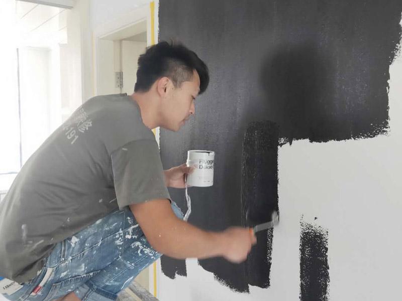 墙面刷漆装修:1、墙面基层处理:不同基层处理方法稍异,但是总的要求就是刷漆前,基层需要平整干净。2、防裂处理:墙面如果有裂缝,那么在刷漆前就需要对裂缝进行一定的处理。接缝处等部位贴上牛皮纸、的确良布、网格纤维布、绷带等材料。3、刮腻子:常见的腻子粉需要现场调配,调配的时候按照产品说明严格控制腻子粉和水的配比。4、砂纸打磨:待腻子干后,用砂纸进行打磨,打磨一定要从四周向中心来操作,打磨边角时更是要格外小心,能直尽量直。5、刷底漆:底漆的作用是封闭基层、增加附着力以及提升丰满度等。底漆一定要刷匀,确保墙面每个地方都刷到。6、涂刷面漆:待底漆干透后,需再用砂纸打磨一遍。之后就是涂刷面漆。