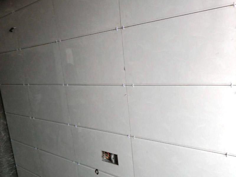 卫生间贴瓷砖装修:厨房贴瓷砖,客厅吊顶:首先应除去基层表面的污垢,油渍,浮灰;除去基层上所有涂料层,腻子层;如果基层未能达到平整度要求,需对基层进行预先的找平处理;接着加水后将粘结剂浆料搅拌至润滑均匀,无明显块状或糊状结块,搅拌后的浆料静置5-10分钟后再稍加搅拌1-2分钟即可使用;然后将瓷砖平整地铺贴在基层上,使用橡胶锤将瓷砖拍实铺平。施工过程中,可小幅度转动瓷砖,使浆料与瓷砖背面充分接触。根据砖的尺寸,在砖与砖之间预留相应尺寸的缝隙留待嵌缝,瓷砖铺贴结束后24小时,可进行嵌缝施工。最后将调制好的嵌缝剂均匀地涂在砖与砖的地方。