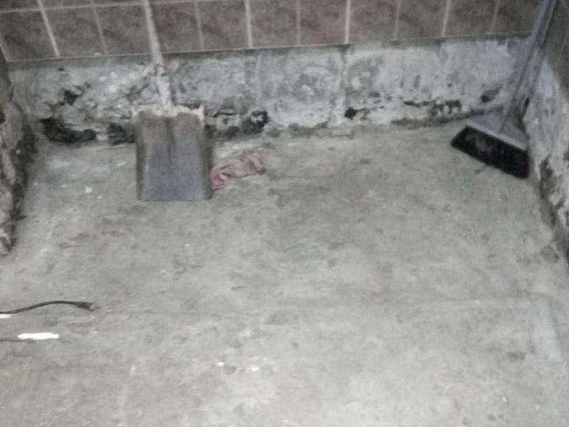 卫生间地面拆除装修:1、若是家里的地砖已经是出现部分破损、很多空鼓或者剥落、外层釉质已经磨损,或难洗的污渍,通常这时就要对地砖进行拆除更新才行,或是对它进行简单修补一下就可以了。假如只考虑更换几块地砖,这种难度就会比较大,因为使用了很多年之后,有可能会出现找不到色彩一样的地砖情况,这样下去就会影响美观。2、假如是为了节省开支或者手头不宽裕,那么在地砖基础完好的情况可以不更换,但是一定要在装修后期,把所有地砖勾缝铲除重新做。因为以前长期使用过的地砖缝中会有很多细菌或脏污存在,必须清除,并且重新勾缝后会显得更好看。通常情况下,我们建议您在改造时把厨房和卫生间的地砖一起拆除重做。