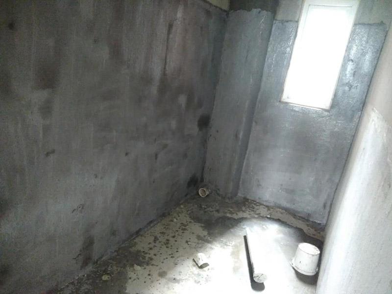 厕所刷防水装修:第一步:清理墙面和地面 在涂刷防水涂层之前,先要清理墙面和地面,同时要用连接的气泵皮管吹尽阴角处的浮沉。第二步:刷防水涂料:刷防水涂料时先刷墙角部位,交接处应有200mm,不得有漏刷情况。第一遍涂刷墙面时,应上下纵向涂刷,第二遍涂刷墙体,应左右横向涂刷。注意、第二遍防水涂料间需要有一定时间间隔,待遍涂料干透后才能进行第二遍,具体时间视涂料而定。第三步:闭水试验:在涂刷完防水涂料后,不能立刻贴瓷砖,还必须进行防水测试。堵住卫生间排水口、地漏等,然后将卫生间积水2~3cm。24小时后到楼下查看是否有水渗漏,一旦发现有渗水痕迹,必须马上返工。