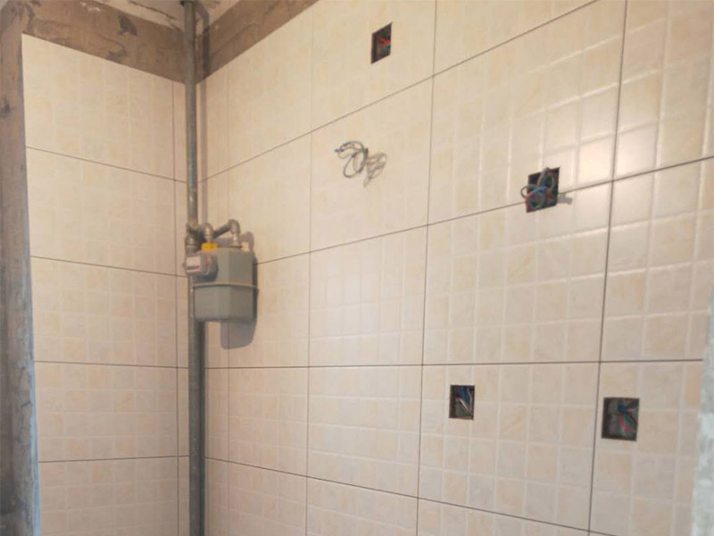墙面瓷砖铺贴装修:1、确保改造墙体能充分干燥;2、基层处理,清理墙面上的各类污物,打扫干净现场,特别是脚落里;3、用泥刀先批墙,后用水泥浆找平;4、墙面要刷防水涂料,防止贴后浸水;5、找水平基准线,然后把搅拌好的粘结剂浆料均匀的刮到墙上;5、水平检测瓷砖铺贴完后,工人会用专业测量仪,来检查贴后瓷砖的平整度,确保最终的效果令客户满意,铺贴好的瓷砖一定要有保护措施,可以用薄膜来加以保护。
