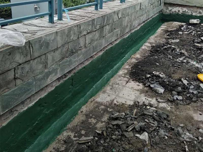 屋顶排水沟改造防水:一、确定排水坡面的数目:一般情况下,临街建筑平屋顶屋面宽度小于12m时,可采用单坡排水;其宽度大于12m时,宜采用双坡排水。坡屋顶应结合建筑造型要求选择单坡、双坡或四坡排水。二、划分排水区:划分排水区的目的在于合理地布置水落管。排水区的面积是指屋面水平投影的面积,每一根水落管的屋面最大汇水面积不宜大于200m2。雨水口的间距在18~24m。三、确定天沟所用材料和断面形式及尺寸天沟即屋面上的排水沟,位于檐口部位时又称檐沟。设置天沟的目的是汇集屋面雨水,并将屋面雨水有组织地迅速排除。天沟根据屋顶类型的不同有多种做法。如坡屋顶中可用钢筋混凝土、镀锌铁皮、石棉水泥等材料做成槽形或三角形天沟。平屋顶的天沟一般用钢筋混凝土制作,当采用女儿墙外排水方案时,可利用倾斜的屋面与垂直的墙面构成三角形天沟;当采用檐沟外排水方案时,通常用专用的槽形板做成矩形天沟。