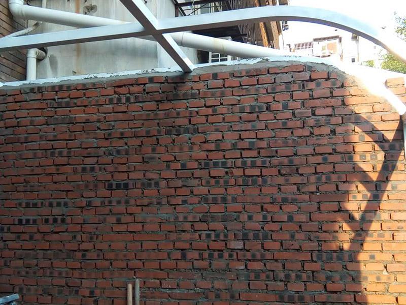 庭院砌墙装修:首先准备好材料,有轻质砖、钢筋、水泥沙等。这些基础材料一般不会出问题,注意购买中沙。搅拌好水泥砂浆,就可以开始砌墙了。砌墙虽然简单,但最好也要有图纸,有些地方需要错开砌,这样保证位置正确、工艺标准。新旧墙体连接处,需要植筋,这样墙体连接稳固。植筋需要打钢筋进旧墙体,深度要深;植筋出间隔大约为50厘米。墙上如果有门,需要做门梁,梁内要有钢筋。墙体砌好后,在水泥批荡前,最好挂网处理,这样水泥砂浆和墙体能更好结合,防止以后出现裂痕。批荡后,要保养一段时间。就是定期洒点水上去啦。