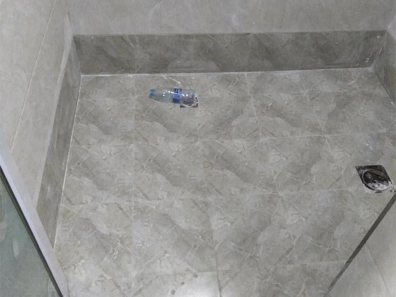 卫生间贴瓷砖:瓷砖内部有很多细微的空隙,具有一定的吸水性。如果不泡水或泡水不充分就直接铺贴的话,瓷砖会将水泥的水分吸走,使得瓷砖与水泥连接部分出现空隙,粘结不牢,从而造成空鼓、瓷砖脱落等问题;墙面在贴砖前要检查清理,如果墙体有裂纹必须先进行处理;铺贴瓷砖时,应及时将瓷砖缝中多余的粘接材料刮理干净,等粘接材料凝固后,可以用白水泥、石膏灰浆或色浆将接缝刷一遍,并用棉纱将灰浆擦匀、填满。
