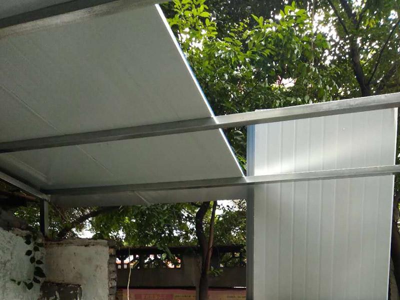 夹心彩钢棚安装:1、在进行彩钢夹芯板安装的时候搬运板材是常有的事,但搬运也是有讲究的,应该小心的把两头同时抬起.这样就可以防止损坏它的表面氧化膜。2、彩钢夹芯板的固定方式,一般是有两个;我们可以用自攻螺钉穿过墙板,来直接将夹心板固定在墙面次结构上。3、在安装的时候,也需要用到耐候胶(玻璃胶),注意利用耐候胶嵌缝密封的时候要保持它的紧密性,这样就可以有效的防尘与雨水渗漏。4、对于安装结束收尾的时候,我们还需要进行检查,在安装完工后 我们要从上到下,进行逐层的把墙板表面保护膜去掉,并逐层拆架,拆架注意墙板不能被划伤或者是碰伤,检查和清扫一些粘结物以及尘土等。