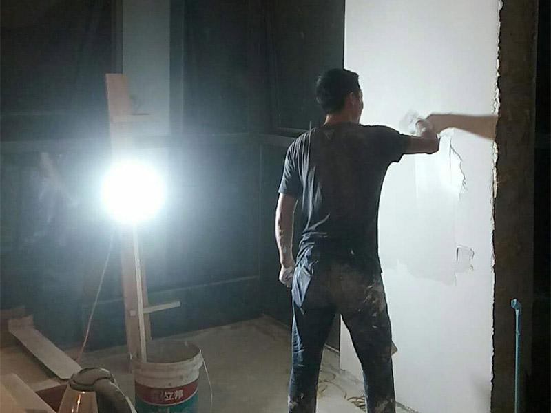 墙面空鼓铲除装修:一旦发现墙面出现空鼓现象,应该立即进行修补,否则会埋下很大的安全隐患。针对不同的空鼓现象,所应采取的处理方法也不尽相同。 1.砂浆层出现空鼓:铲除空鼓区域,并清理基层,待用水润湿基层之后再用涂料用量配比标准的水泥砂浆进行墙面的修补。 2.混凝土层出现空鼓:在修补之前要注意涂刷上混凝土界面剂。 3.粉刷层出现空鼓:以空鼓处为中心,对空鼓四周进行铲除,中心进行填补。 待修复完之后,还需要进行一分验收步骤,一般是使用小金属锤子进行轻敲,然后根据声音进行判断是否合格。