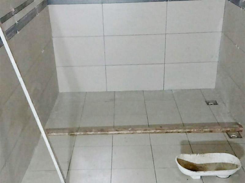 卫生间瓷砖铺贴:基层处理:将凸出墙面的混凝土剔平,对于基体为混凝土表面很光滑的要凿毛,或用可掺界剂胶的水泥水细砂浆做小拉毛墙,也可以刷界面剂、并浇水湿润基层。浸砖:面砖镶贴前,应挑选颜色、规格一致的砖;浸泡砖时,将面砖清扫干净,放入净水中浸泡2小时上,取出待表面晾干或擦干净后方可使用。粘贴面砖:粘贴应自下而上进行。抹8㎜厚1:0.1:2.5水泥石灰膏砂浆结合层,要刮平,随抹随自上而下粘贴面砖,要求砂浆饱满,亏灰时,取下重贴,并随时用靠尺检查整度,同时保证缝隙宽度一致。