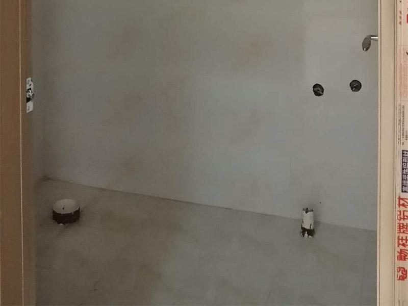 """新房装修案例:到施工阶段,主体拆改是最先上的一个项目,主要包括拆墙、砌墙、铲墙皮、拆暖气、换塑钢窗等等。主体拆改说白了,就是先把工地的框架先搭起来。水电路改造之前,主体结构拆改应该基本完成了。在水电改造和主体拆改之间,还应该进行橱柜的第一次测量。木工、瓦工、油工是施工的""""三兄弟"""",基本出场顺序是:木瓦油,出场原则是——""""谁脏谁先上"""",这也是决定家装顺序的基本原则之一。其实像包立管、做装饰吊顶、贴石膏线之类的木工活从某种意义上说也可以作为主体拆改的细环节考虑,本身和水电路改造并不冲突,有时候还需要一些配合。在厨卫吊顶的同时,厨卫的防潮吸顶灯、浴霸应该已经买好了,最好把厨卫吸顶灯、排风扇(浴霸)同时装好,或者留出线头和开孔。吊顶结束后,可以约橱柜上门安装了。同时安装的还有水槽和煤气灶,橱柜安装之前最好协调物业把煤气通了,方便煤气灶装好之后需要试气。"""