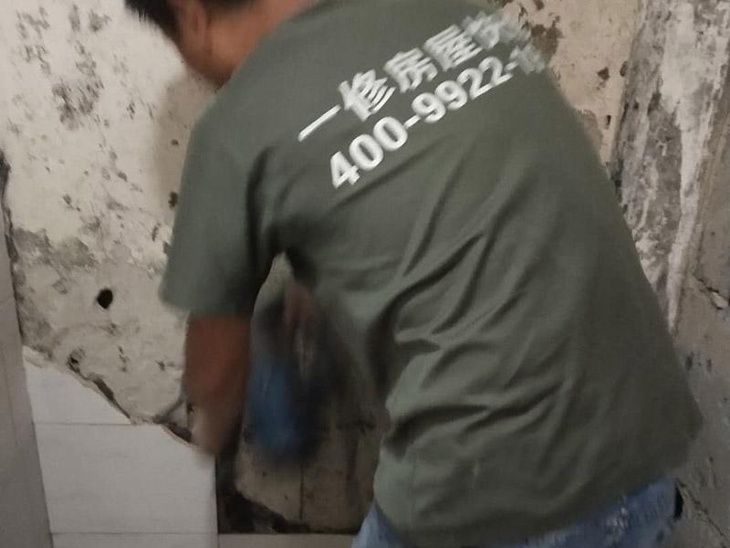 局部瓷砖拆除装修:卫浴用具拆除后可以对墙面瓷砖进行拆卸。拆卸一般是从墙体的下方往上方敲,从瓷砖的边缘往里面敲,还需要根据拆卸的位置选择适当的敲砖力度。敲砖是从墙体下方开始敲,从每块瓷砖的边缘开始敲。如果先敲上面的瓷砖,地面堆积瓷砖较多,挡住墙体下面的瓷砖,不利于拆卸。另外,敲砖过程中,要不是对地面的瓷砖进行清理,以免瓷砖过多堆积,减慢施工进度以及造成施工意外。 由于二手房的卫浴在之前是做了一次防水的,因此在敲砖时必须注意防水层的处理,与屋主沟通好,防水层是否打掉。旧的防水层一般都不打掉,在敲砖后,在原有的防水层上面,再薄薄做一层防水,以提高卫浴的防水能力。但如果屋主需要把防水敲掉重新再做。则敲砖需要打到批土层或打到见底。敲插座和龙头附近的瓷砖时,要慢慢敲,小心摸清电线和水管的走向,以防损坏电线和水管。如果电线或水管已经损坏了,要及时进行修补处理,以免留下更多后续工程。