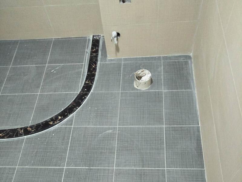 卫生间贴砖装修:1、 卫生间墙面在施工前清理墙面的各类污物,用泥刀先批墙,后用水泥浆找平,防止瓷砖贴后有空鼓现象。2、 卫生间内会防止抽风机、安装吊顶等,所以高度要特别注意,其次是墙砖与地砖的尺寸要互相对应,不能有太大的差异,最后根据高度、尺寸与整体效果来确定铺贴方法,如果统一墙面瓷砖不同,大尺寸瓷砖从下往上贴,小尺寸从上往下贴。3、配料将清水逐量加入粉状粘结剂内,按照说明书上一定的比例调配。搅拌调和将粘结剂浆料搅拌至润滑均匀,无明显块状或糊涂结状,将搅拌后施工浆料静置5-10分钟,然后再稍加搅拌