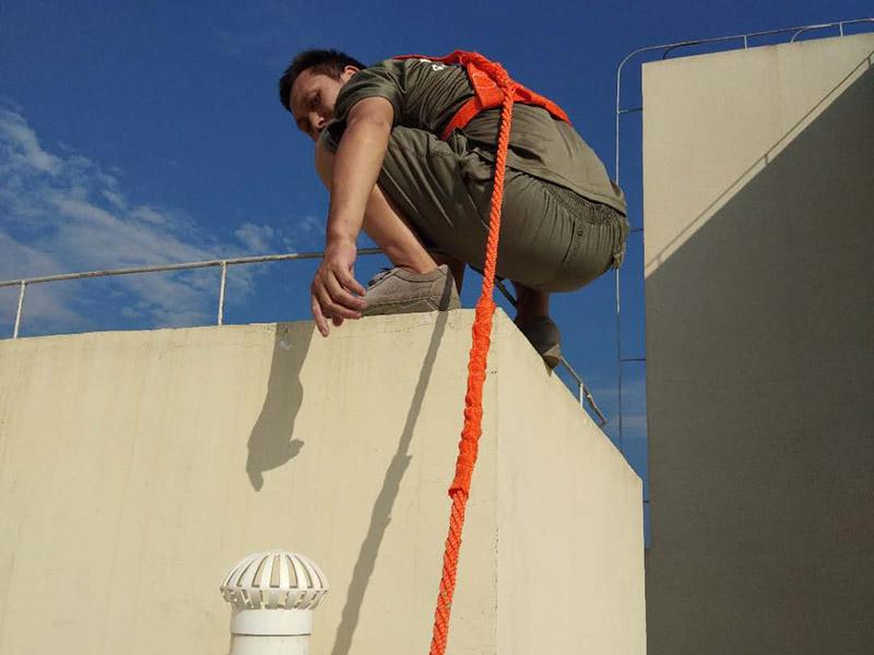 阳台顶部外墙防水装修:1、根据现场实际情况,对防水部位基层原有的外墙涂料进行清理,特别是基层破碎处、松动处进行彻底清除干净,露出坚硬基础。2、在基层处理干净的基础上,用高档有机硅防水涂料与水按1:2的比例稀释后,掺入高标号水泥做成灰膏,对砂眼、蜂窝、龟裂做细部处理。3、对不规则的龟裂进行修补时,超过2mm的龟裂用长丝无纺布与有机硅外墙专用涂料进行贴粘修补,以免龟裂纹继续扩大。4、对窗口四周、檐底、预埋件、穿墙管等重要部位做加强处理。5、涂料采用涂刷法施工,涂刷的方向、行程长短应一致,涂刷应均匀不得漏刷。6、机械喷涂施工时做到喷涂均匀,压茬到位,不得漏喷,使表面光滑。7、施工完毕后将现场卫生清理干净。