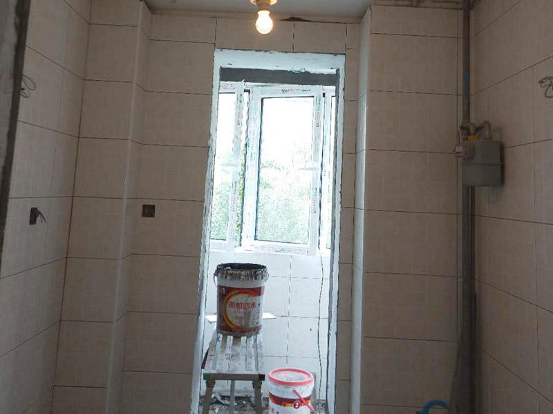 阳台贴砖装修:一、瓷砖是否要贴到顶:对于阳台墙砖所贴的高度,一般的阳台贴1.2米-1.5米高度就够了!比洗衣机高点就行。老师傅建议贴瓷砖,一个是整体效果要好,二是打扫要方便。所以还是建议把瓷砖贴到顶,这样不仅美观而且以后清理打扫也方便。二、阳台瓷砖如何收边:其实最简单的方法就是不锈钢收边。三、瓷砖和乳胶漆如何衔接:老师傅给的建议是先贴好阳台瓷砖,再挂内墙腻子,通常结合部在转角处,腻子要和瓷砖侧面抹齐平,涂刷乳胶漆时,结合处用刷子沿边缘手刷即可。四、要不要装吊顶:老师傅建议采用石材线条、或木线条配合设计来达到瓷砖和吊顶的收边效果。