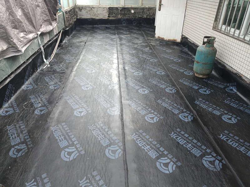 露台防水装修:先是找到原来的防水层,然后将其铲除,处理好露台的基面,注意不能留有油腻、蜡等任何碎屑物质,保证基面的平整、干净,如果发现有孔隙或者是裂缝,则需要先进行修补。接着是进行找平处理,然后排干下部保温层里面的积水,再设若干排气孔进行排气措施。在做好了阻根防水层后,我们还需要进行找坡处理,避免形成部分储水。一般来说是利用水泥砂浆来进行找平、找坡,注意坡度不能小于百分之三。观察不漏水则为及格,然后在防水层上做水泥砂浆保护层等各项维护及瓷砖铺贴,最后做露台的绿化工作。