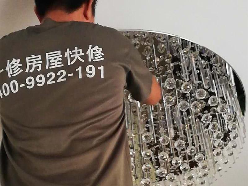 水晶吸顶灯装修:1、安装水晶吸顶灯的房间天花上确定安装位置,并且预埋上螺栓,或用膨胀螺栓、尼龙塞或塑料塞固定,一般都采用膨胀螺栓; 2、当采用膨胀螺栓固定时,应按产品的技术要求选择螺栓规格,其钻孔直径和埋设深度要与螺栓规格相符; 3、水晶吸顶灯安装前检查引向每个灯饰的导线线芯的截面,铜芯软线不小于0.4mm2,铜芯不小于0.5mm2,否则引线必须更换;导线与灯头的连接、灯头间并联导线的连接要牢固,电气接触应良好,以免由于接触不良,出现导线与接线端之间产生火花,而发生危险; 4、将水晶吸顶灯固定在预埋的膨胀螺栓上,且每个灯饰用于固定的螺栓或螺钉不应少于2个; 5、连接水晶吸顶灯电线,使其通电,并检查水晶吸顶灯是否固定牢固。 6、检查电路连接是否正常。