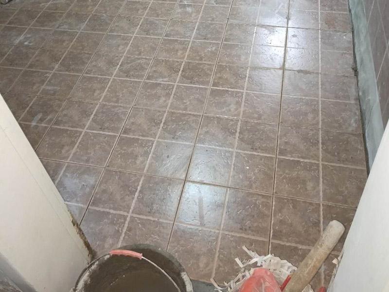 地面贴砖装修:地砖铺设前,都要浸泡,以免地砖的吸收率问题导致吸收水泥中的水份而出现紧绷开裂。地面需要用勺子或者水管,把地面基层用水淋湿。这个作业时,减少灰尘。还能让地面吸收部分水份。不会产生缺水现象。接下来,是水泥垫层的搅拌,铺砌时宜采用水泥浆或干铺泥洒水作粘结。地砖摸好水泥油后,应该用胶锤慢慢的拍打,达到水平仪的标准即可。地砖面层的表面在贴完后半小时内,用水抹布处理洁净、平整、坚实;瓷板间拼缝宽度应符合设计要求,拼缝宽度不宜大于2毫米。