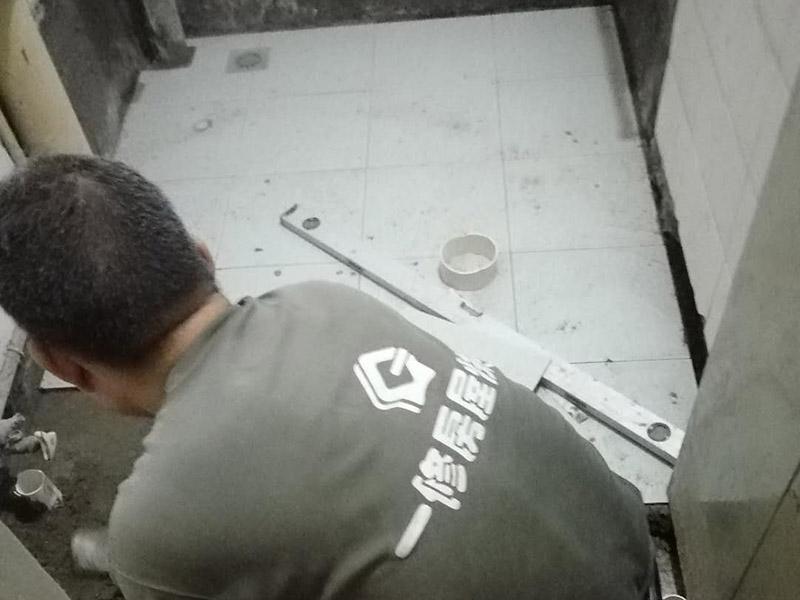 卫生间地面瓷砖铺贴:地砖铺贴前,将地面清扫干净;接着根据排版规划设置水平线,并进行分块;然后地面洒水、砂浆搅拌、打砂浆基层,然后开始铺贴,要用橡皮锤均匀敲击,调整与水平线及其它地砖的水平度及缝隙的大小,再用刮刀从砖缝中间划一道,保证砖与砖之间要有一定的、均匀的缝隙,防止热胀冷缩对砖造成损坏,用刮刀在两块砖上纵向来回划拉,检查两块砖是否平齐;最后表面清理,勾缝。