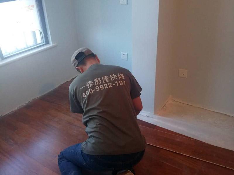 地板安装维修:地面全部扫干净后,铺上一层薄薄的塑料膜,要全部铺满,再在上面铺上地板专用的地膜。地板安装师傅将很多地板从箱子里拿出来,全部摊放在地上,挑选色差,色差大的放在床、衣柜下面,色差均匀小的铺在明显的地方。如果地板嫌长,就放在地板的切割机上切成需要的长度。