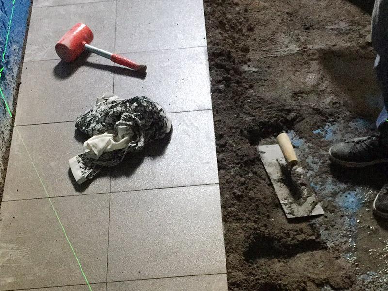 地面贴砖维修:干铺法是将沙子和水泥按照3:1的比例混合后兑少量的水,使水泥和沙子混合到可以用手攥成团的黏稠度。将混合好的沙子水泥铺在地面上,用一个平板把表面摸平。在瓷砖背面抹上黏稠度非常高的水泥,把瓷砖放到地面上,用橡皮锤敲实就完成了,主要用于地面瓷砖的铺装.湿铺法,是将沙子和水泥按照2:1的比例混合后兑水和好,水的量要多一些,使沙子和水泥的黏稠度高一些。然后涂抹到用水浸泡好的瓷砖背面贴到墙面上。湿铺发主要应用与墙面。