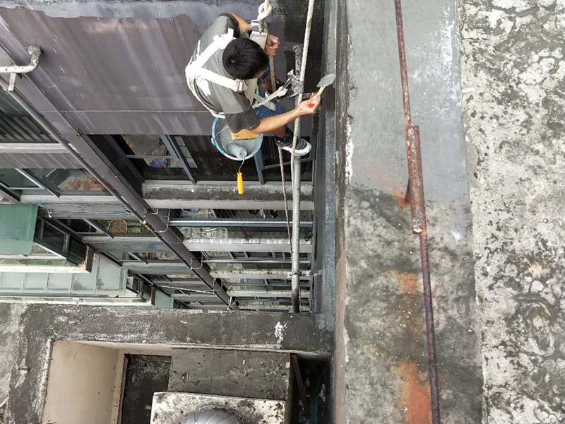 外墙防水维修:1、基层处理:首先要将基层表面的灰尘等清理干净,一些脆裂的旧层和不耐水的涂层要铲除,如果有凹处可以用水泥砂浆抹平,小的孔洞和裂缝用水泥乳修补好。 2、刷底胶: 刷底胶时,先要将墙面专用的胶水按照说明上的比例上加水进行稀释,然后在基层处理好的墙面上用辊筒均匀地涂刷一至二遍胶水打底,涂层胶水要均匀,也不能涂得过多和过少。 3、局部补腻子:基层打底干燥后,用腻子找补不平之处,干后砂平。成品腻子使用前应搅匀,腻子偏稠时可酌量加清水调节。 4、满刮腻子:将调配好的腻子放在托板上,用橡皮刮板进行涂刷,建议从上往下涂,基层一般要涂刷2-3遍,每一遍的腻子不能太厚,腻子涂刷后要及时用砂纸打磨,打磨时力底要适中,不能有波浪形等,打磨好后扫去灰尘就可以了。 5、刷底涂料:底料按照产品说明书进行稀释然后搅拌均匀,用滚筒在墙面涂刷,要均匀,不要漏刷,也不能刷得太厚,底料干后如果有要修补的地方,建议用腻子修复然后砂平。