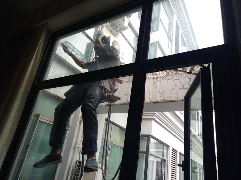 窗户打胶翻新:1.门窗打胶,安装地板窗框时,应连接水平和垂直拉线。每层的水平相同,上侧和下侧是直的。当窗框和墙壁固定时,首先固定上框架,固定后框架,并用塑料膨胀螺栓固定。 2.孔与开口之间的膨胀节内腔填充有闭孔泡沫,发泡剂等弹性材料,表面用密封胶密封。门窗的安装必须牢固。嵌入式部件的数量,位置和埋设连接方法必须符合设计要求。用于固定每根钢筋的紧固件必须不小于3,间距不应超过300毫米。与钢制端部的距离不应超过100毫米。