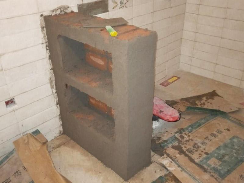 卫生间砌隔断:1、在砌筑前,要先将楼地面用水泥砂浆找平。根据现场实际尺寸排第一层砖,要注意预留出门窗及洞口的尺寸。 2、在砌筑前,必须清理砌筑基层的浮尘,将基层用水冲洗干净再进行施工。 3、在卫生间及厨房砌筑砖隔墙时,必须用强度在M5以上的水泥砂浆。砖块在砌筑前浇水淋湿即可,不可浸透。 4、在门洞砌筑时,要预埋好木砖并刷防腐漆,每侧上、中、下各一块木砖。 5、施工过程中,要严格控制水泥砂浆强度等级,确保砌筑砂浆饱满。 6、门洞顶砖过梁要横放两根Φ10钢筋,并用强度为M7.5的水泥砂浆铺砌。 7、对于砌体与墙面、柱子连接处,要先凿掉抹灰层,每砌筑500毫米高要预埋相应规格的拉墙筋。