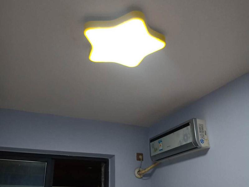 灯具插座安装:1、吊灯:吊灯安装在混凝土顶面上时,可采用预埋件、穿透螺栓及胀管螺栓紧固/2、吸顶灯:吸顶灯有圆形、方形或矩形底座(底盘),底座大小不等。3、壁灯根据底座的构造可采用底台或不用底台,用底台时应先固定底台,然后再将壁灯固定在底台上。4、筒灯:根据筒灯尺寸、安装位置在吊顶上划线钻孔,将吊顶内预留电源线与筒灯连接通,调整筒灯固定弹簧片的蝶形螺母,使弹簧片的高度与吊顶厚度相同,把筒灯推入吊顶开孔处 , 并装上合适的灯泡。