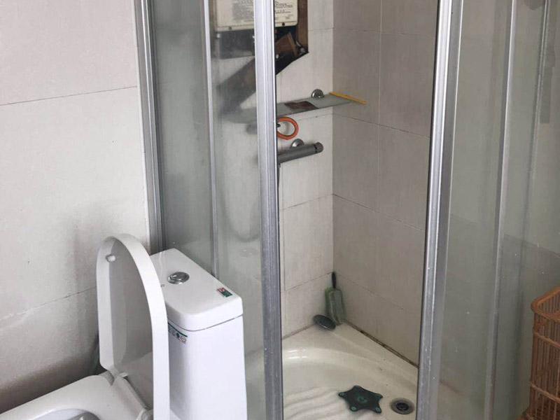 淋浴房维修:.如果淋浴房有底盆,那么首先将底盆安装好。先将底盆零件组合起来,然后调节水平位置。底盆盆内不能留有积水。底盆的软管与地漏连接起来,并且连接牢固。框架结构安装好之后将玻璃嵌入,玻璃底部要夹紧锁在底盆钻孔位置,并用螺丝将其固定。顶管要安装在玻璃上方,确定安装位置用钻机钻孔,安装好固定座后连接顶管。